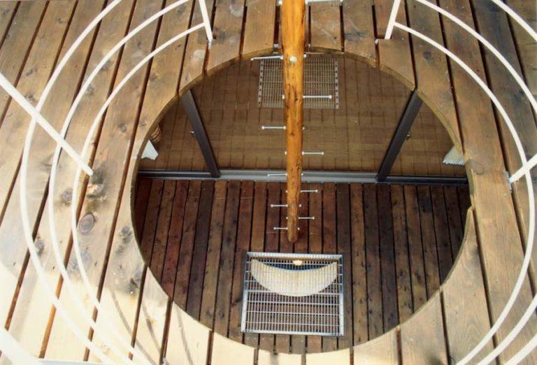 丸い穴から下階へ光を落とすデッキ,神戸,設計事務所
